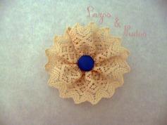 Encaje beige + botón azul