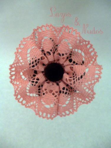 Encaje rosa + botón marrón