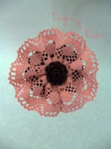 Encaje rosa + flor marrón