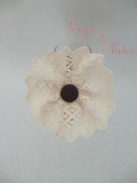 Flor beige + botón marrón