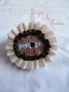 Miniovalada con plisaito marfil, lazo verde y piquillo